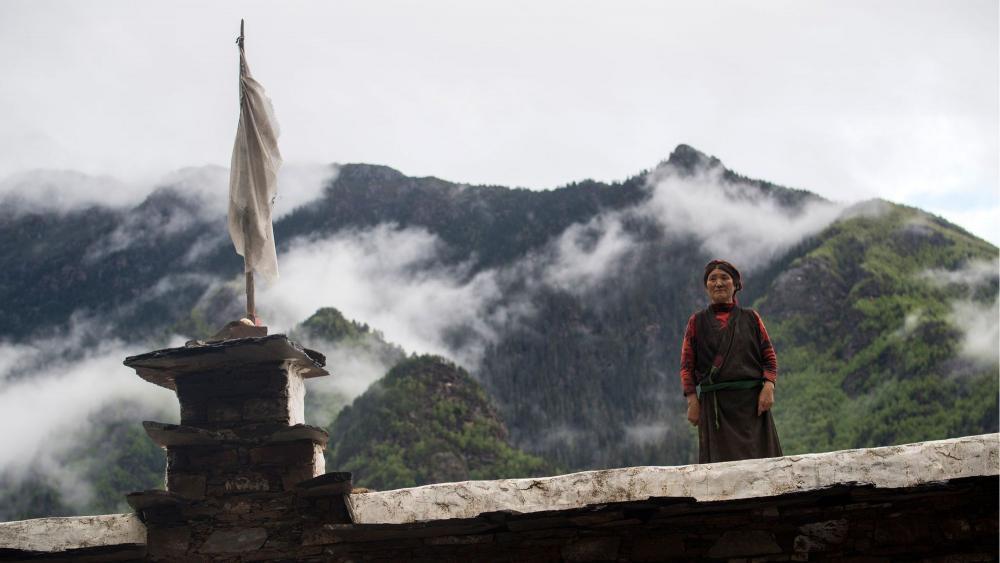 une-femme-de-l-ethnie-tibetaine-des-zhaba-sur-le-toit-de-sa-maison-dans-la-vallee-du-fleuve-yalong-d-a-province-chinoise-du-sichuan-le-28-mai-2017_5932354.thumb.jpg.7fe3d8d5bdc8e490b0aee2c44cf4f69b.jpg